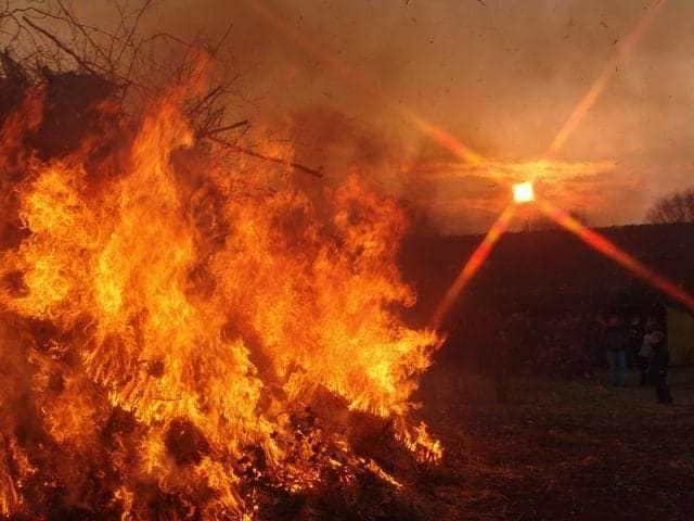 Das Osterfeuer: typischer Osterbrauch