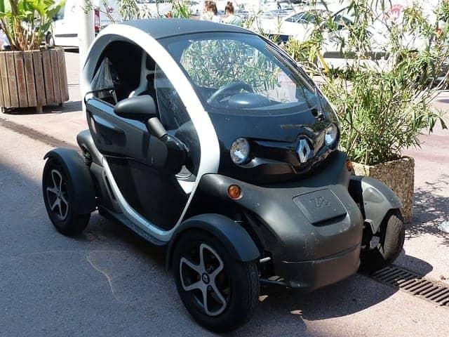 Top 10: Die besten alternativen Fortbewegungsmittel - Ein Auto am Straßenrand geparkt - Auto