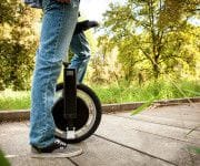 Top 10: Die besten alternativen Fortbewegungsmittel - A man riding a skateboard down a sidewalk - Unicycle