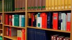 Top 10: Die besten Tipps zum Jura Studium - Ein Bücherregal voller Bücher - Vertrag
