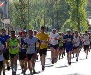 10 Joggingtipps die jeder Läufer kennen muss - Eine gruppe von menschen posiert für die kamera - Marathon