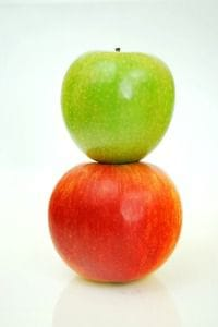 Ein grüner und ein roter Apfel
