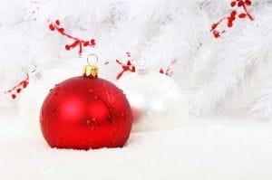 Weihanchtskugeln: eine weiße, eine rote Kugel