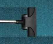 Staubsaugen auf dem Teppich