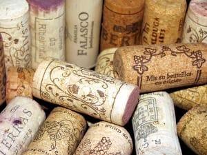 Einige typische Weinkorken