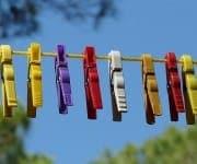 Trocknen von Kleidung mit Wäscheklammern