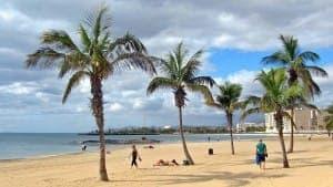 Lanzarote Strand bei bewölktem Himmel