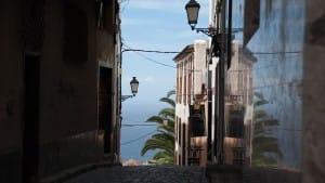 Teneriffa mit Blick auf Meer zwischen Häusern