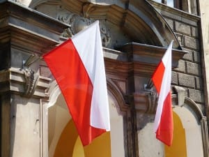Zwei Polen Flaggen an einem Haus