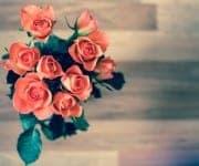 Ein Rosenstrauß auf dem Tisch