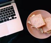 EIn MacBook mit Sandwich