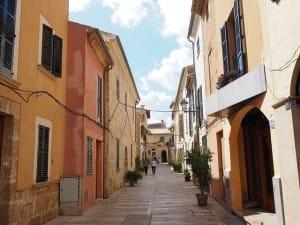 Eine Gasse im Urlaubsort Alcudia