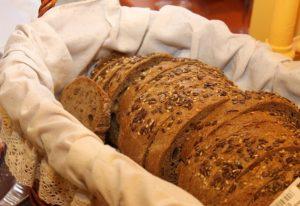 Körnerbrot im Korb für Brot