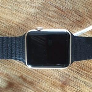 Goldene Apple Watch mit Magnetarmband von Dritthersteller