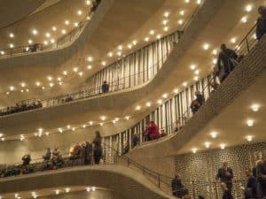 Die Top 10 Sehenswürdigkeiten der Hansestadt Hamburg - Eine gruppe von menschen, die auf der bühne vor einer menge auftreten - Elbphilharmonie Hamburg