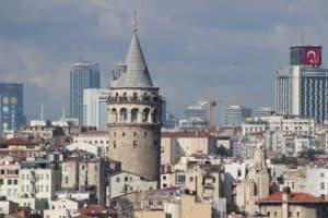 Die Top 10 Sehenswürdigkeiten Istanbul - Eine große Stadt mit hohen Gebäuden im Hintergrund - Galata-Turm