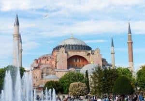 Die Top 10 Sehenswürdigkeiten Istanbul - Eine Gruppe von Menschen vor einem großen Gebäude mit der Hagia Sophia im Hintergrund - Hagia Sophia Museum