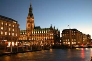 Die Top 10 Sehenswürdigkeiten der Hansestadt Hamburg - Ein schloss mit wasser vor einem gebäude - Rathaus