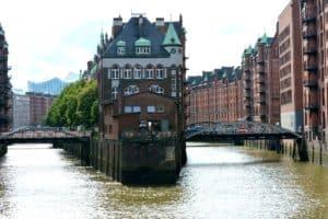 Die Top 10 Sehenswürdigkeiten der Hansestadt Hamburg - Eine Brücke über ein Gewässer mit einer Stadt im Hintergrund - Elbphilharmonie Hamburg
