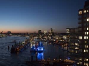 Die Top 10 Sehenswürdigkeiten der Hansestadt Hamburg - Ein großes Gewässer mit einer Stadt im Hintergrund - St. Pauli Piers