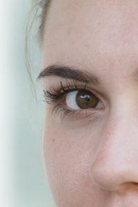 Ein Gesicht mit Wimpern