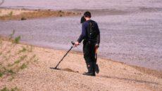 Die besten Metalldetektoren - Ein Mann steht auf einem Sandstrand - Metalldetektoren
