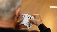 Mann beim Karten spielen