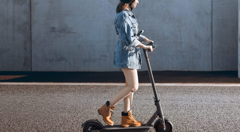 Die besten 10 E-Scooter mit Zulassung in Deutschland - Eine Person, die mit einem Skateboard die Seite eines Gebäudes hinauffährt - Xiaomi M365 PRO Elektroroller