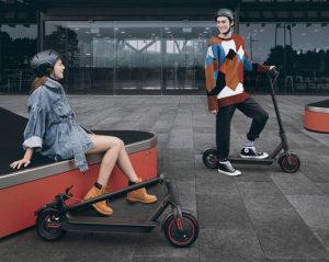 2 Elektro Roller Fahrer mit eScooter