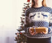 Eine Frau mit einem Geschenk