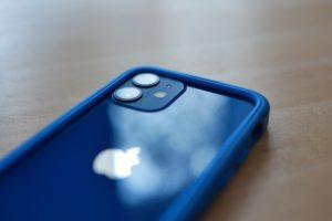 MagSafe beim iPhone 12 in blau