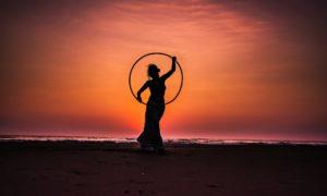 Frau mit Hula Hoop Reifen beim Sport